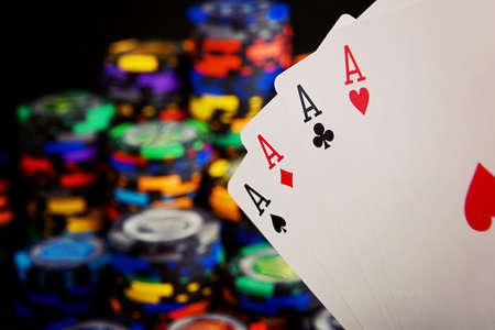 Cuatro ases y una pila de fichas de casino Foto de archivo - 99796705