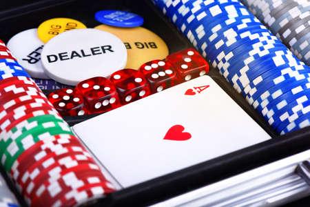 Juego de póker en una maleta metálica Foto de archivo - 99796711
