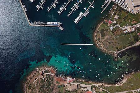 Vista superior de la bahía y el puerto de yates en Grecia Foto de archivo - 99796712