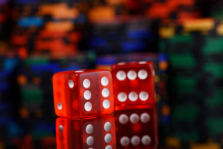 red dices and casino chips on black background Zdjęcie Seryjne