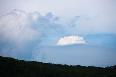 weightless: nubes blancas, ingr�vidas en un cielo azul celeste
