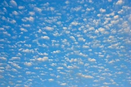 weightless: nubes blancas, ingr�vidas en un cielo azul