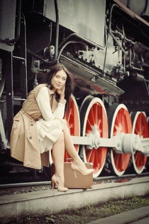 Chica esperando para aterrizar en la plataforma en el tren de época Foto de archivo - 10907114