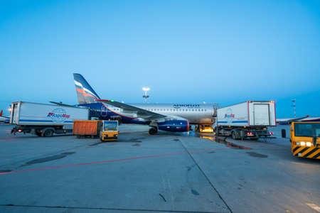 Moscow, Russia - 2020: Sheremetyevo International Airport, Aeroflot aircraft, aircraft maintenance and baggage loading. Editoriali