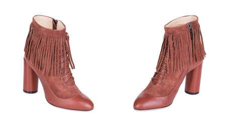 Paire de bottes de cowboy en daim marron classique pour femme. Deux isolés.