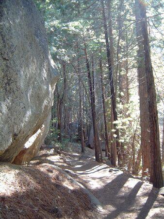 花崗岩の岩や道