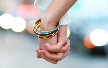 manos sosteniendo: mano de la mujer y el hombre la celebración de juntas