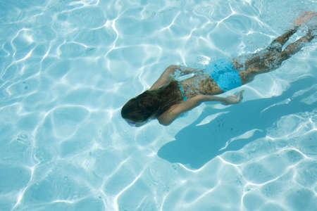 Model Release 358 Jong meisje zwemmen onder water Stockfoto