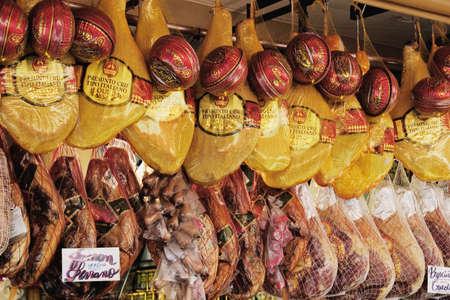 jamones: Jamones y quesos en el mercado Mercado de Sao Paulo, Brasil