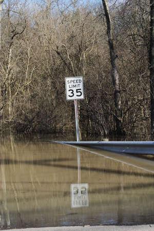Weg die leidt tot overstromingen wateren Stockfoto