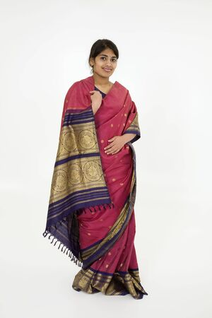 Mooie Hindoe tiener gekleed in een traditionele Sari jurk