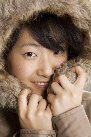 Portret van een mooie Aziatische tiener in een bonte vacht Stockfoto