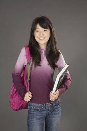 Portret van Aziatische tiener zich klaar om naar school te gaan