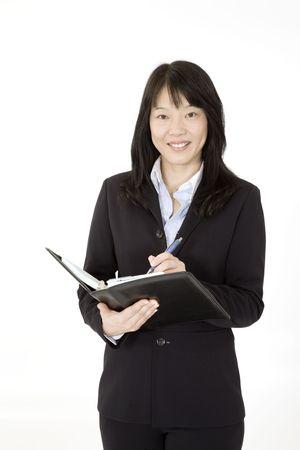 Prachtige Asain Zakenvrouw werken met een dag planner op een witte achtergrond