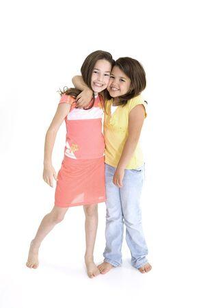 Zusters die op witte achtergrond lachende dragen casual kleding