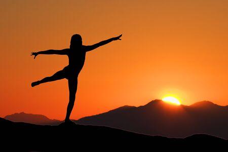 Jonge vrouw die met vroege ochtend Yoga Stockfoto