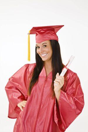 Een blanke vrouw in rode toga afstuderen en zeer opgewonden. Ze is op een witte achtergrond. Stockfoto