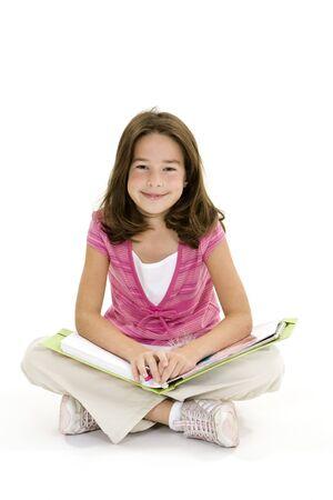 Kinderen zitten op een witte achtergrond met schoolboeken en lachend
