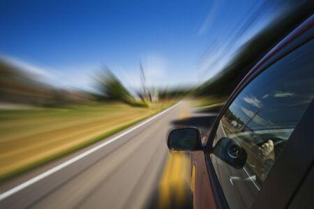 Automobile driving down weg met een blured invloed