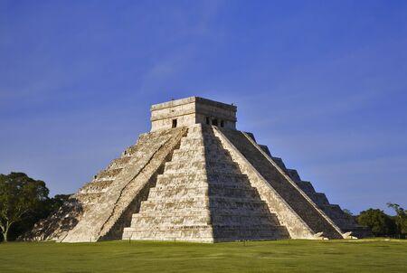 Chichen Itza De hoofdpiramide El Castillo wordt ook Tempel van Kukulcan genoemd. De Maya-naam 'Chich'en Itza' betekent 'Aan de monding van de bron van de Itza'. Gelegen op het schiereiland Yucatan in Mexico