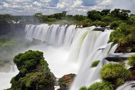 Iguassu Falls is het grootste aantal water vallen op de planeet, in Brazilië, Argentinië en Paraguay. Men ziet op sommige momenten tijdens het jaar maar liefst 275 scheiden water vallen trapsgewijs langs de randen van 2700 meter rotsen (1,6 km). Argentinië