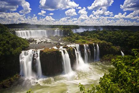Iguassu Falls is de grootste serie van water vallen op de planeet, gelegen in Brazilië, Argentinië en Paraguay. Op sommige momenten tijdens het jaar kan men zo veel als 275 scheiden water vallen trapsgewijs langs de randen van 2700 meter (1,6 km) de kliffen. Argent