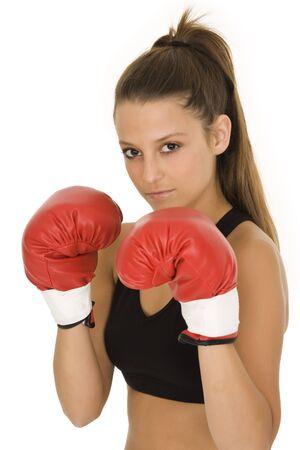 Jonge blanke vrouw in de rode bokshandschoenen steeds klaar om te vechten