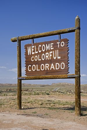 De staatsverkeersteken van Colorado met blauwe hemel