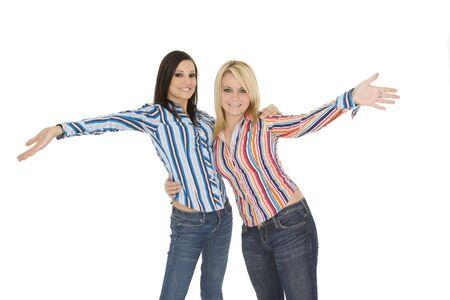 Vrouwelijke blanke vrienden waarnemend silly op witte achtergrond Stockfoto
