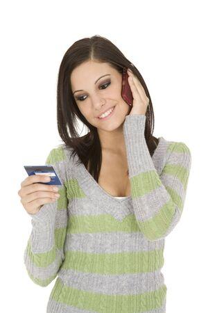 Mooie blanke vrouw met een creditcard een aankoop te doen