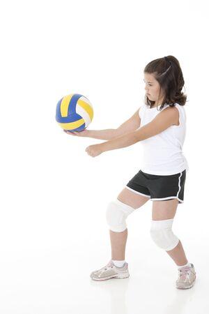 귀여운 백인 소녀 배구 공을 제공