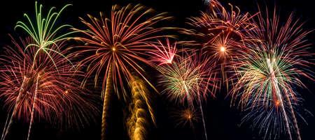 fuegos artificiales: Bellos fuegos artificiales llenar el cielo nocturno de tiempo