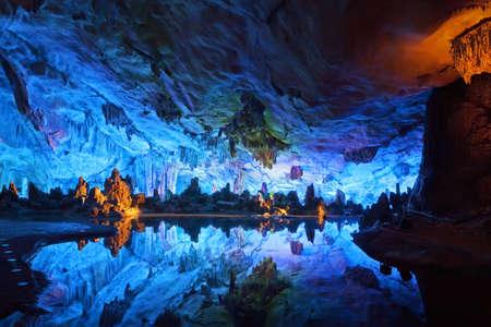 grotte: Les grottes magnifiquement illumin�e Reed Flute affichant le