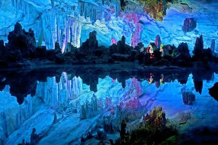 grotte: Les grottes magnifiquement illumin?Reed Flute affichant le