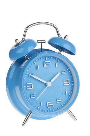 Blauwe wekker met de handen op 10 en 2 die op een witte achtergrond