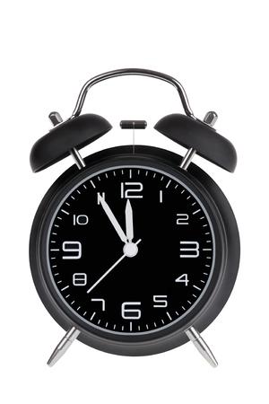 Zwarte wekker met de handen op 5 minuten tot 12 illustreren Time Is Running Out geïsoleerd op een witte achtergrond