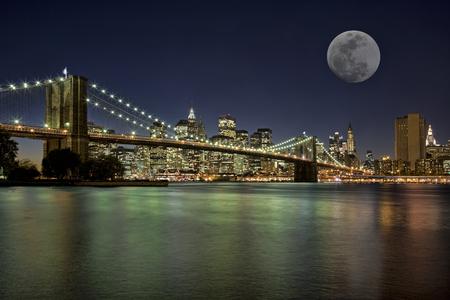Mondaufgang über der Brooklyn Bridge New York City New York USA Standard-Bild - 31250510