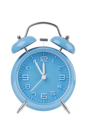 Blauwe wekker met de handen op 5 minuten tot 12 illustreert de tijd dringt geïsoleerd op een witte achtergrond Stockfoto