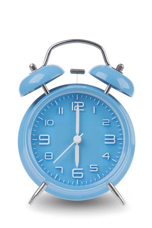 Blauwe wekker met de handen om 6 uur of uur geïsoleerd op een witte achtergrond, een van een reeks van 12 beelden tonen van de top van het uur te beginnen met 1:00  uur en gaan door al 12 uur
