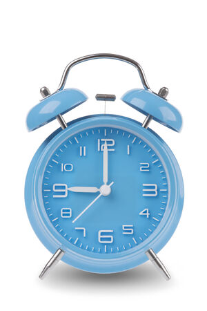 Blauwe wekker met de handen om 09:00 uur of geïsoleerd op een witte achtergrond, een van een reeks van 12 beelden die de top van het uur beginnen met 01:00  uur en gaan door alle 12 uren Stockfoto