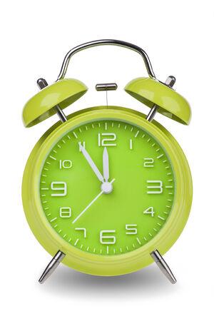 Groene wekker met de handen op 5 minuten tot 12 illustreren de tijd dringt geïsoleerd op een witte achtergrond