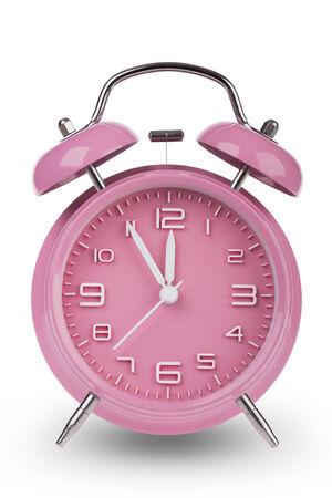 Roze wekker met de handen op 5 minuten tot 12. illustreren de tijd dringt geïsoleerd op een witte achtergrond Stockfoto