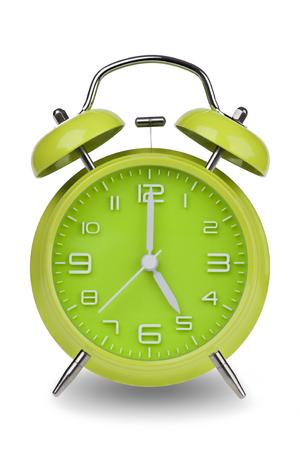 Groene wekker met de handen om 5 uur of uur geïsoleerd op een witte achtergrond. Één van een reeks van 12 beelden die de top van het uur te beginnen met 1:00  uur en gaan door al 12 uur