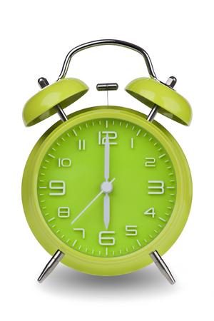 Groene wekker met de handen om 6 uur of uur geïsoleerd op een witte achtergrond. Één van een reeks van 12 beelden die de top van het uur te beginnen met 1:00  uur en gaan door al 12 uur