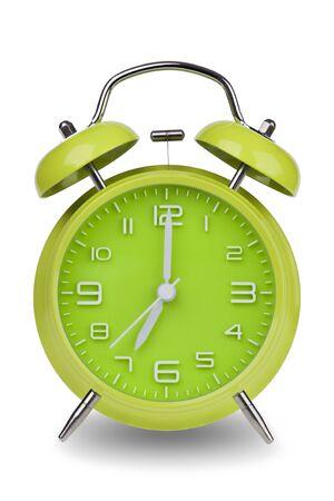 Groene wekker met de handen om 7 uur of uur geïsoleerd op een witte achtergrond. Één van een reeks van 12 beelden die de top van het uur te beginnen met 1:00  uur en gaan door al 12 uur