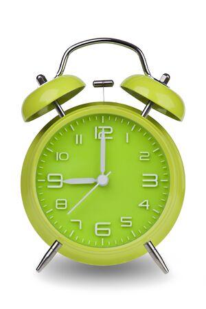 Groene wekker met de handen om 9 uur of uur geïsoleerd op een witte achtergrond met een clipping path. Één van een reeks van 12 beelden die de top van het uur te beginnen met 1:00  uur en gaan door al 12 uur