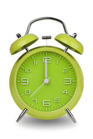 Groene wekker met de handen om 12 uur of uur geïsoleerd op een witte achtergrond. Één van een reeks van 12 beelden die de top van het uur te beginnen met 1:00  uur en gaan door al 12 uur