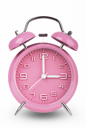 Roze wekker met de handen om 3 uur of uur geïsoleerd op een witte achtergrond.