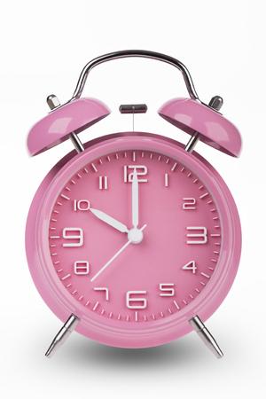 Roze wekker met de handen om 10 uur of uur geïsoleerd op een witte achtergrond.