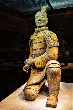 兵馬俑のピット 2 で発掘された有名な膝アーチャー。ピット 2 に全体で 160 折り敷き射手が見つかりました。 中国陝西省西安市